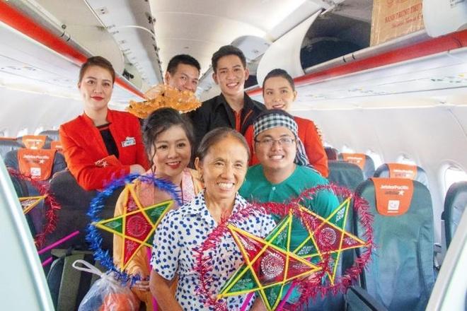 Ba Tan Vlog mang banh trung thu 'khong lo' len may bay hinh anh 4