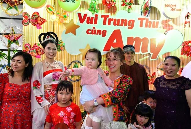 Nữ tỷ phú Việt vui Trung thu cùng các em nhỏ mồ côi, khuyết tật