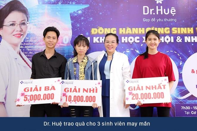 Dr. Hue mang co hoi tri mun mien phi cho sinh vien DH KHXH&NV hinh anh 4