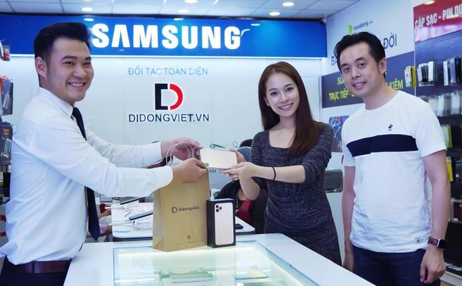 Sara Lưu chơi lớn, tặng Dương Khắc Linh iPhone 11 Pro Max 79 triệu