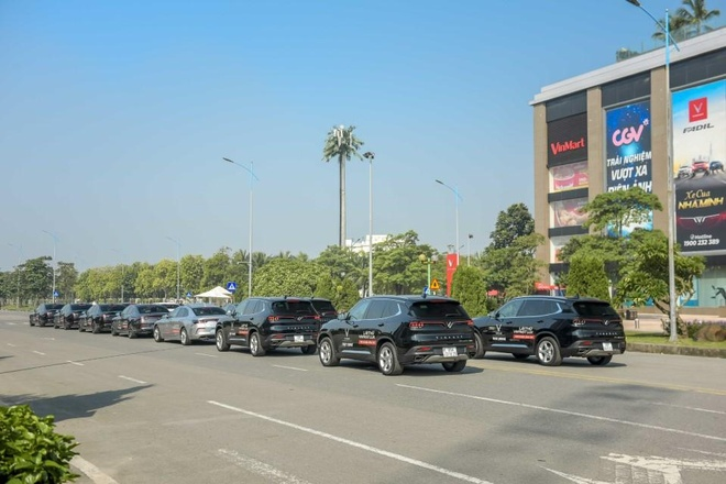 Man nhan voi dan xe sang VinFast Lux dao quanh pho phuong Ha Noi hinh anh 1