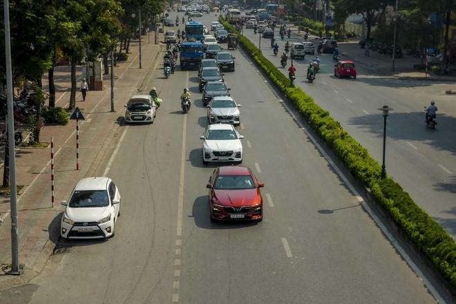 Man nhan voi dan xe sang VinFast Lux dao quanh pho phuong Ha Noi hinh anh 3
