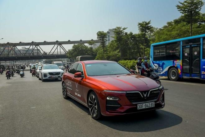Man nhan voi dan xe sang VinFast Lux dao quanh pho phuong Ha Noi hinh anh 4