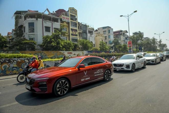 Man nhan voi dan xe sang VinFast Lux dao quanh pho phuong Ha Noi hinh anh 5