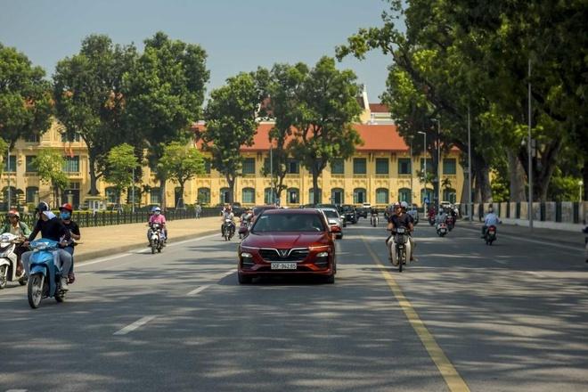 Man nhan voi dan xe sang VinFast Lux dao quanh pho phuong Ha Noi hinh anh 7