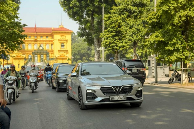 Man nhan voi dan xe sang VinFast Lux dao quanh pho phuong Ha Noi hinh anh 8