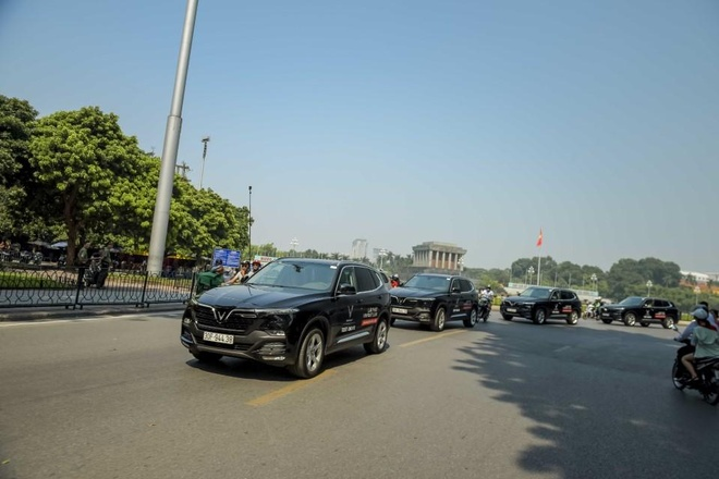 Man nhan voi dan xe sang VinFast Lux dao quanh pho phuong Ha Noi hinh anh 9