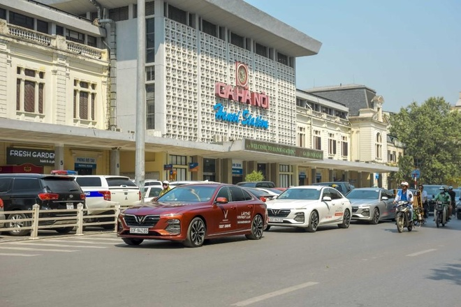 Man nhan voi dan xe sang VinFast Lux dao quanh pho phuong Ha Noi hinh anh 10