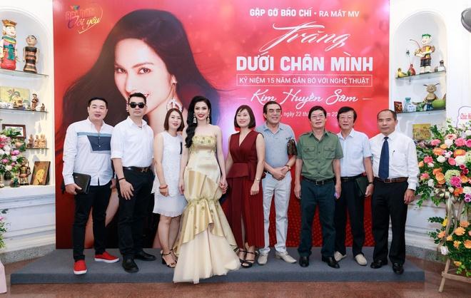 MC Huyen Sam ra mat MV 'Trang duoi chan minh' hinh anh 2