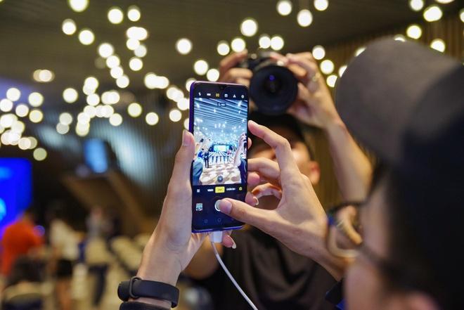 Fan Viet trai nghiem som Realme 5 Pro 4 camera truoc ngay ra mat hinh anh 2