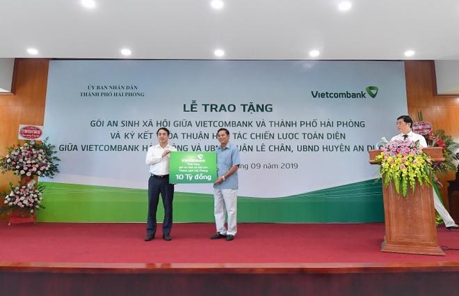 Vietcombank tang goi an sinh xa hoi 10 ty dong cho TP Hai Phong hinh anh 1