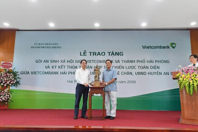 Vietcombank tang goi an sinh xa hoi 10 ty dong cho TP Hai Phong hinh anh 3