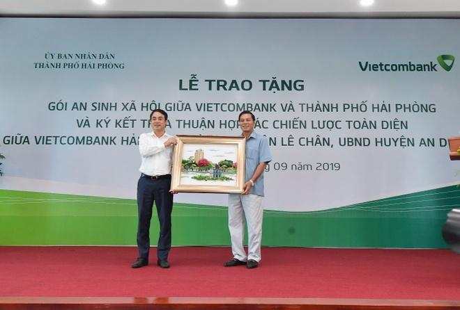Vietcombank tang goi an sinh xa hoi 10 ty dong cho TP Hai Phong hinh anh 4