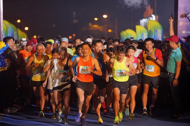 Gan 6.000 VDV tham gia giai Revive Marathon xuyen Viet chang TP.HCM hinh anh 1