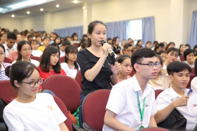 Dr. Hue mang co hoi tri mun mien phi cho sinh vien DH Cong nghiep hinh anh 3