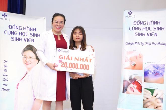 Dr. Hue mang co hoi tri mun mien phi cho sinh vien DH Cong nghiep hinh anh 4