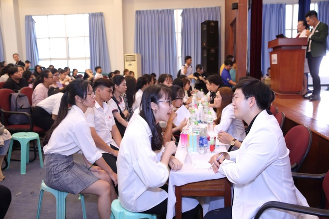 Dr. Hue mang co hoi tri mun mien phi cho sinh vien DH Cong nghiep hinh anh 2