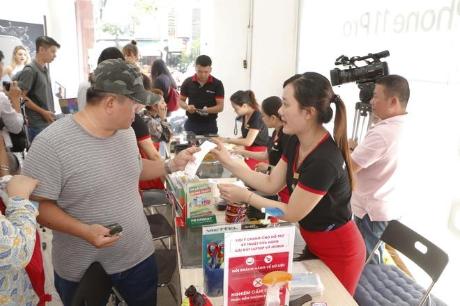 Bo 3 iPhone 11 chinh hang len ke FPT Shop, uu dai tra gop 0% lai suat hinh anh 1