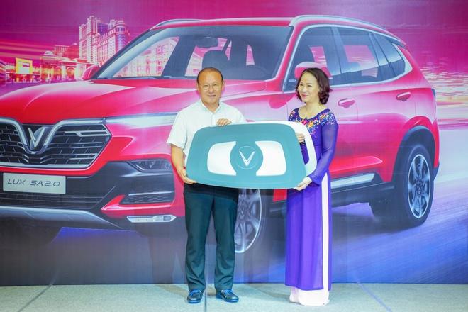 VinFast tang xe Lux SA2.0 ban cao cap cho HLV Park Hang-seo hinh anh 1