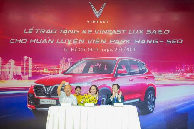 VinFast tang xe Lux SA2.0 ban cao cap cho HLV Park Hang-seo hinh anh 3