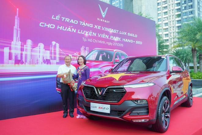 VinFast tang xe Lux SA2.0 ban cao cap cho HLV Park Hang-seo hinh anh 4