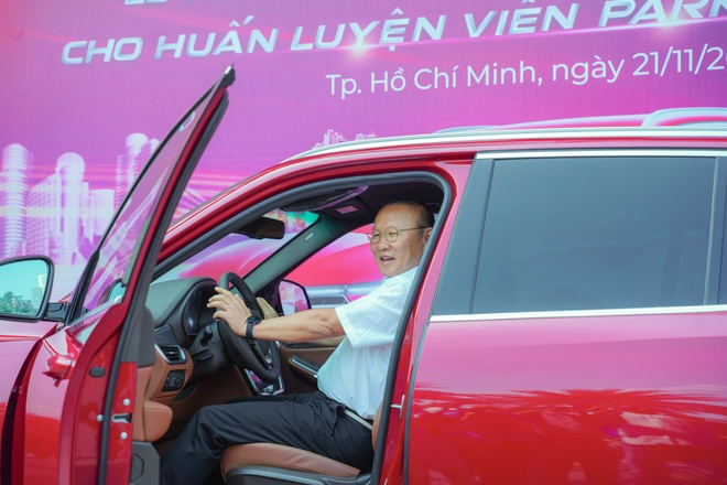 VinFast tang xe Lux SA2.0 ban cao cap cho HLV Park Hang-seo hinh anh 5