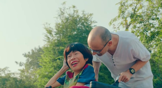 Video - Tinh yeu cua co gai Viet ngoi xe lan va chong Tay hinh anh