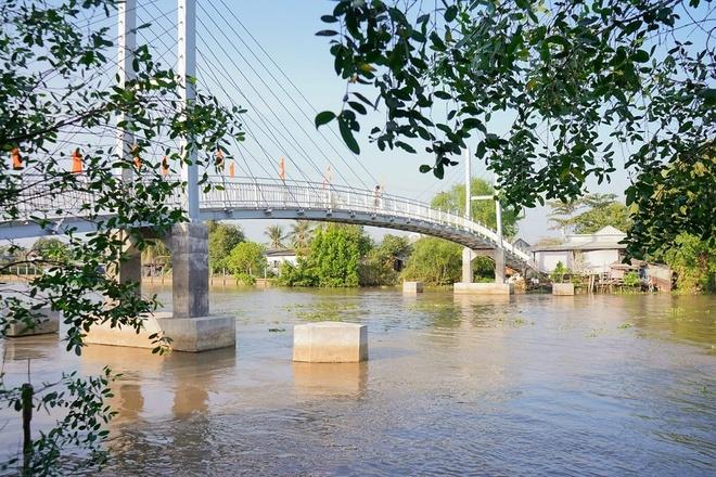 Chiếc cầu mới vững chắc vươn mình qua dòng kênh 28.
