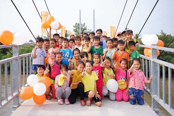 Niềm vui của các em nhỏ trên cây cầu mới hoàn thành.