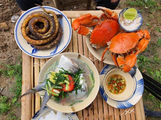 Cris Phan lần đầu được thưởng thức món ăn lịch vòng muối ớt thơm ngon.