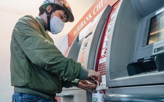 Agribank phat khau trang, sat khuan cay ATM phong chong Covid-19 hinh anh 4 dfafa591cdcf36916fde.jpg  Agribank phát khẩu trang, sát khuẩn cây ATM phòng chống Covid-19 dfafa591cdcf36916fde