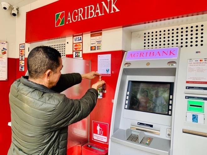 Agribank phat khau trang, sat khuan cay ATM phong chong Covid-19 hinh anh 3 img_1_.jpeg  Agribank phát khẩu trang, sát khuẩn cây ATM phòng chống Covid-19 img 1