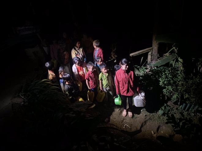 Cô Lan cùng học trò xách can nhựa lặn lội trong đêm để có nước sạch sử dụng.
