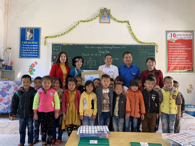 Đoàn đại diện chương trình trao quà tặng cho cô Lan và học sinh tại điểm trường Dìn Chin.