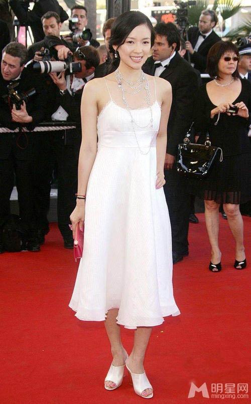 Chang duong lot xac cua my nhan Hoa tai Cannes hinh anh 7 Chương Tử Di mộc mạc, chân chất với trang phục đơn giản tại LHP Cannnes năm 2006.