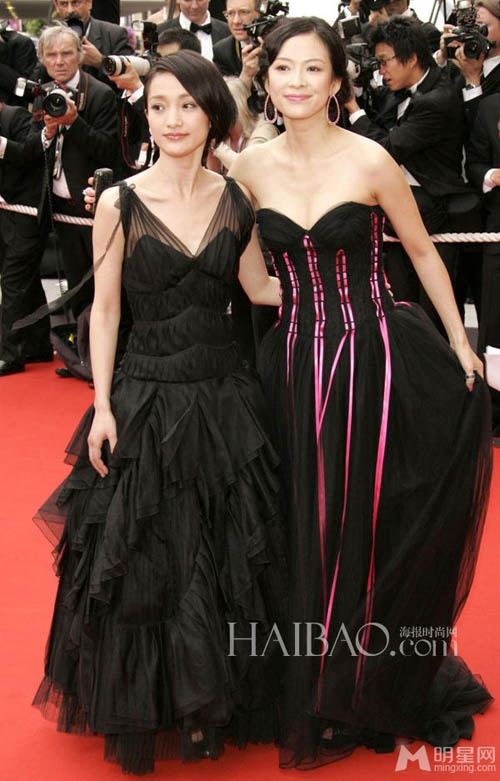 Chang duong lot xac cua my nhan Hoa tai Cannes hinh anh 13 Chương Tử Di và Châu Tấn cùng diện bộ đầm màu đen tại LHP Cannes lần thứ 59, năm 2006.