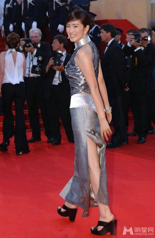 Chang duong lot xac cua my nhan Hoa tai Cannes hinh anh 14 Trong ngày công chiếu bộ phim Punch-Drunk Love tại LHP Cannes lần thứ 55 năm 2002, Củng Lợi gây ấn tượng với nụ cười tỏa nắng trên thảm đỏ.