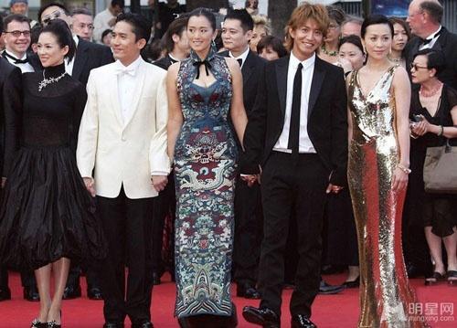 Chang duong lot xac cua my nhan Hoa tai Cannes hinh anh 15 Trong LHP Cannes lần thứ 57, năm 2004 Củng Lợi xuất hiện cùng Chương Tử Di, Lương Triều Vỹ, Lưu Gia Linh tại buổi công chiếu bộ phim 2046 của đạo diễn Vương Gia Vệ.