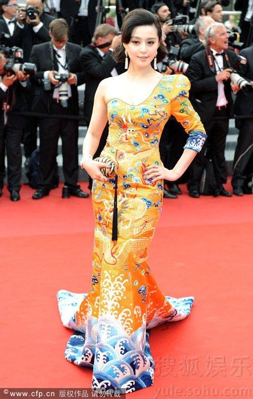 Chang duong lot xac cua my nhan Hoa tai Cannes hinh anh 16 Phạm Băng Băng và chiếc đầm Long Phượng trong LHP Cannes 2010.