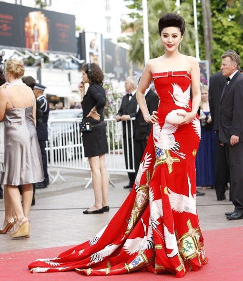 Chang duong lot xac cua my nhan Hoa tai Cannes hinh anh 17 Tại LHP Cannes 2011, mỹ nhân họ Phạm tiếp tục đưa tới cho công chúng hai bộ đầm cực kỳ đặc biệt khác. Một chiếc đầm đỏ mang đậm tính dân tộc và một chiếc đầm đuôi cá với thiết kế cầu kỳ của Christopher Bu.