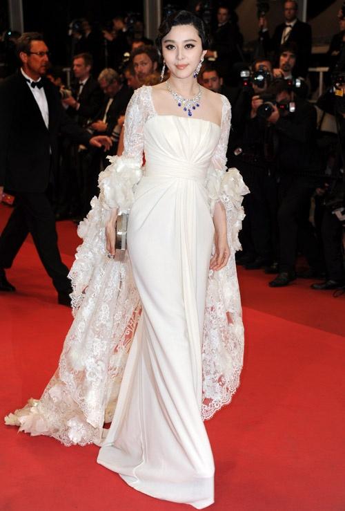 Chang duong lot xac cua my nhan Hoa tai Cannes hinh anh 18 Cô diện đầm trắng cổ điển của Elie Saab tại buổi ra mắt phim Polisse trong khuôn khổ Cannes 2011.