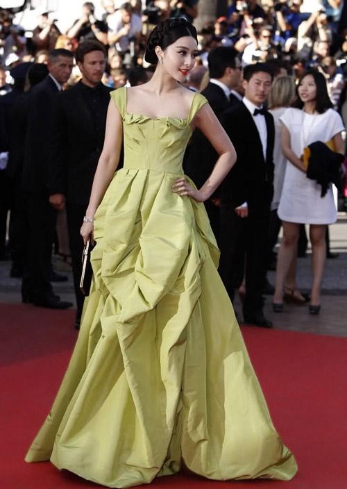 Chang duong lot xac cua my nhan Hoa tai Cannes hinh anh 19 Phạm Băng Băng với váy Oscar de la Renta trong buổi công chiếu The Tree of life tại Cannes 2011.