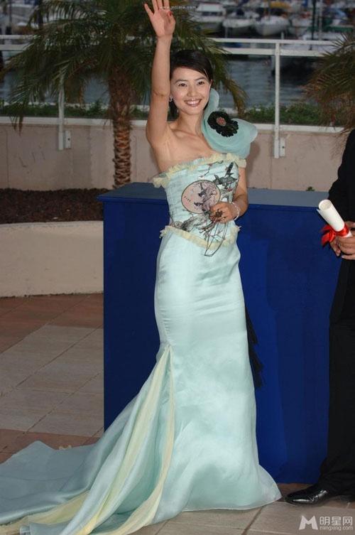 Chang duong lot xac cua my nhan Hoa tai Cannes hinh anh 12 Cao Viên Viên rạng ngời với bộ váy 'quốc phục' màu xanh dương tại LHP Cannes năm 2008.