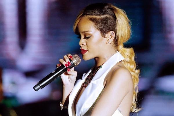 Rihanna mo trai sang tac tai London hinh anh