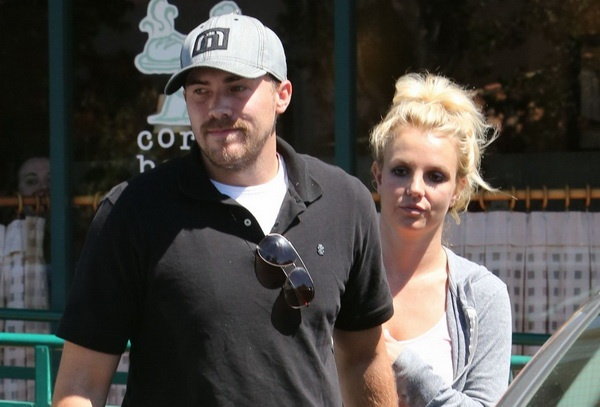 Britney Spears chua chia tay ban trai hinh anh