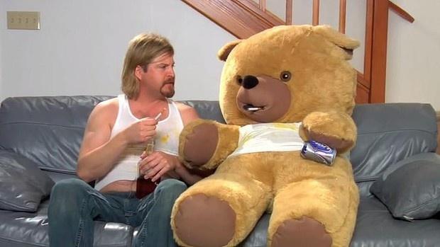 Hình ảnh của chú gấu bông Charlie đang đâm đơn kiện Seth MacFarlane.