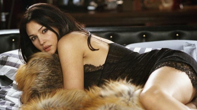 'Qua bom sex' Monica Belluci hon 50 tuoi van lam Bond girl hinh anh