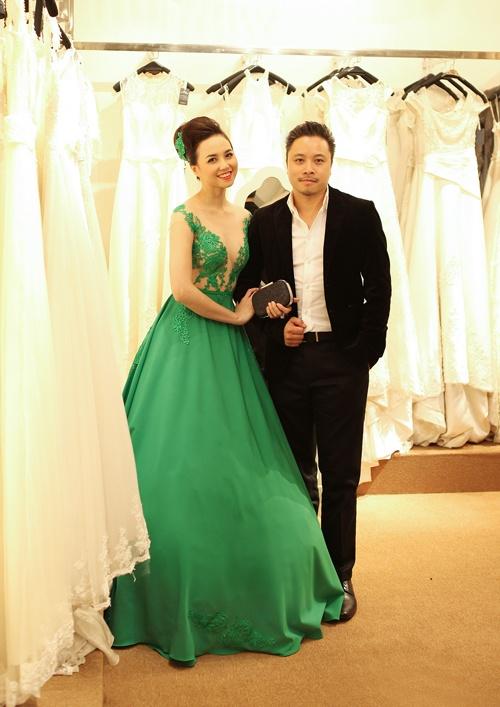 Bang chung Victor Vu va Dinh Ngoc Diep dang hen ho hinh anh 1 Victor Vũ còn bị phát hiện dẫn Ngọc Diệp đi thử trang phục để chuẩn bị tham dự Liên hoan phim quốc tế Hà Nội lần thứ 3 vào tháng 11-2014.