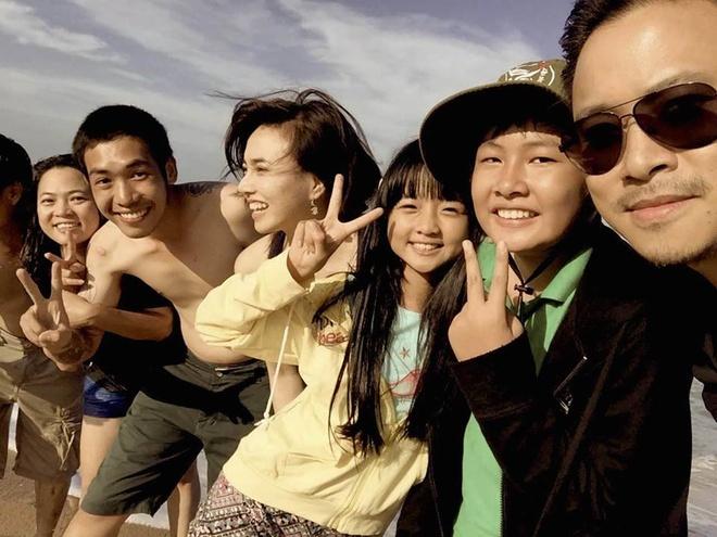 Bang chung Victor Vu va Dinh Ngoc Diep dang hen ho hinh anh 3 Đinh Ngọc Diệp (giữa) xuất hiện trong một tấm ảnh hậu trường Tôi thấy hoa vàng trên cỏ xanh do Victor Vũ chia sẻ trên Facebook