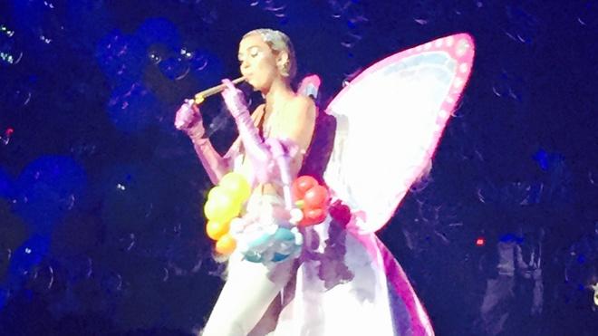 Miley Cyrus gia hut can tren san khau hinh anh